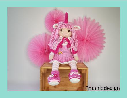 Hæklet dukke i lyserøde farver. Dukken er forklædt som enhjørning med horn i panden og ører. Derudover har hun en fin kappe med masser af blomster